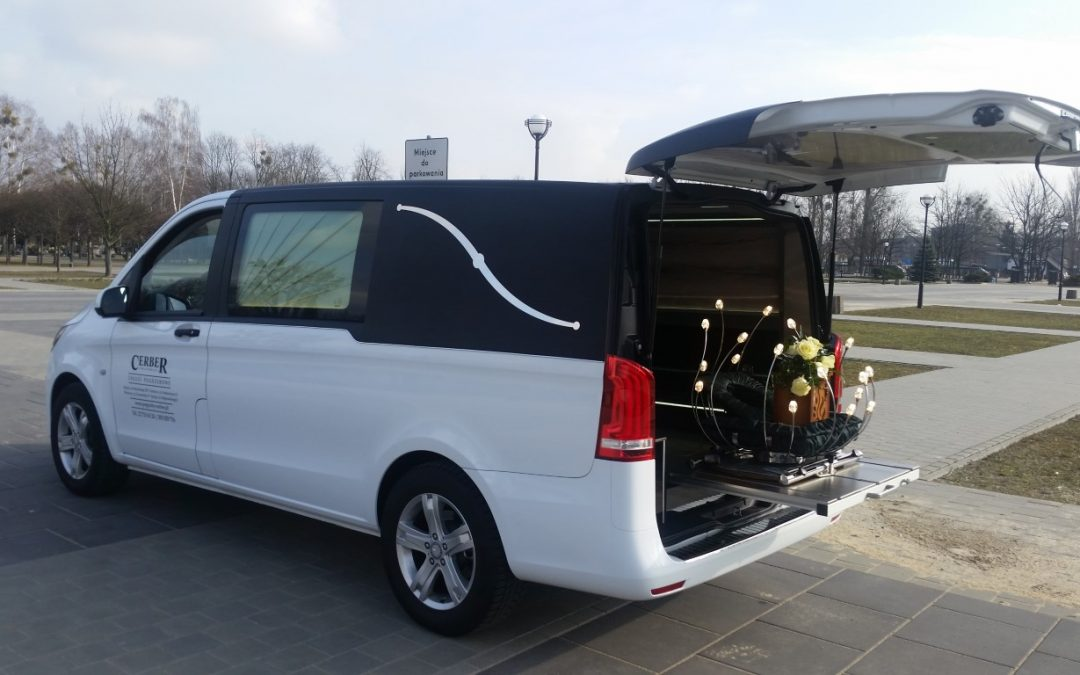 Biały karawan pogrzebowy na ulicach i cmentarzach Warszawy